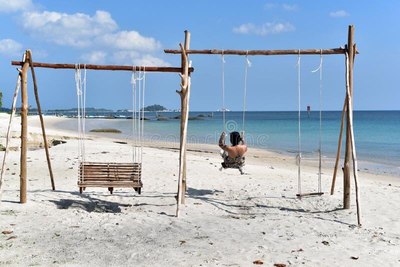 Menina indonésia em um balanço, Belitung Islan fotos de stock