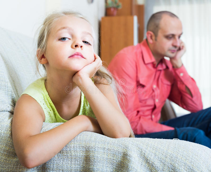 Menina infeliz que tem o conflito com pai imagens de stock
