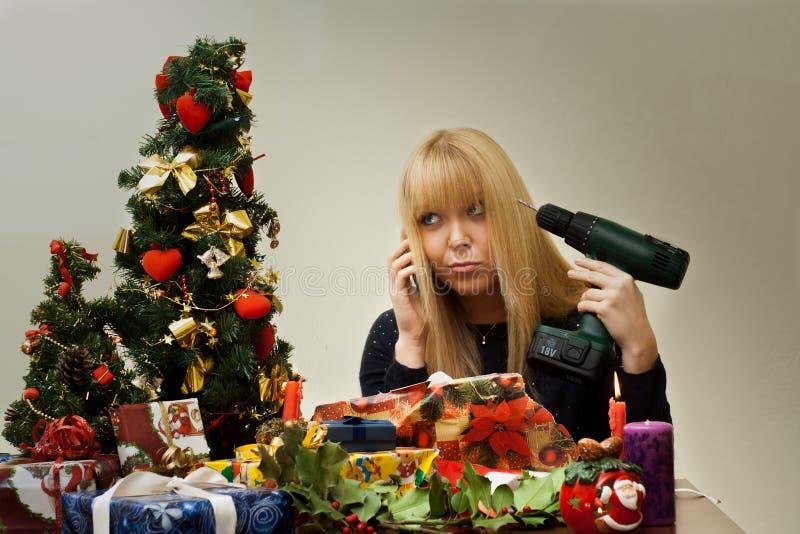 Menina infeliz sobre o presente errado do Natal imagens de stock