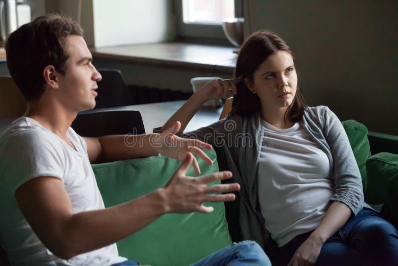 Menina irritada cansado da escuta noivo aborrecido em casa fotos de stock royalty free