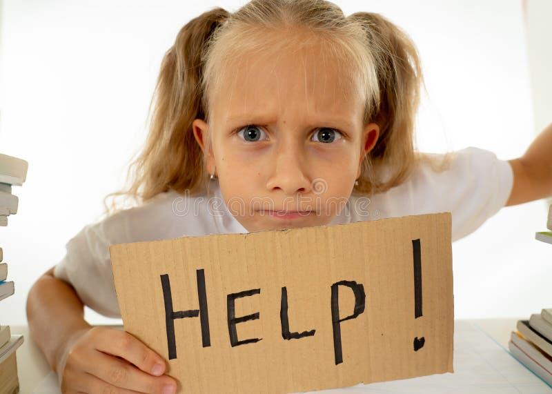 Menina irritada com uma atitude negativa para estudos e escola após ter estudado demasiado e ter tido trabalhos de casa demais de foto de stock royalty free