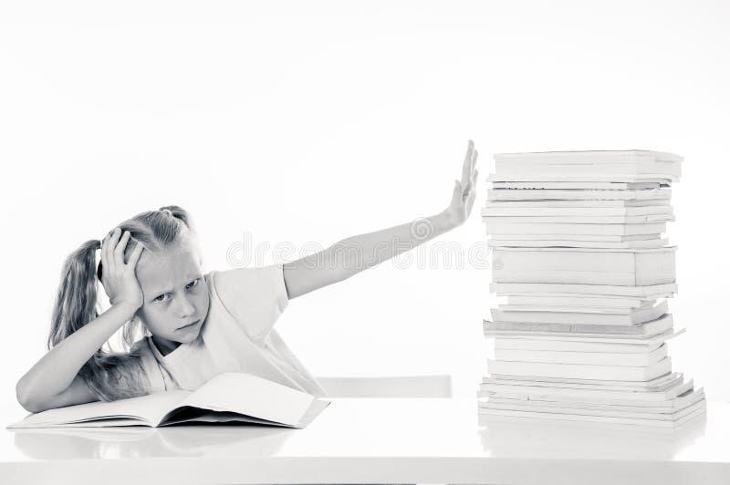 Menina irritada com uma atitude negativa para estudos e escola após ter estudado demasiado e ter tido trabalhos de casa demais de imagens de stock