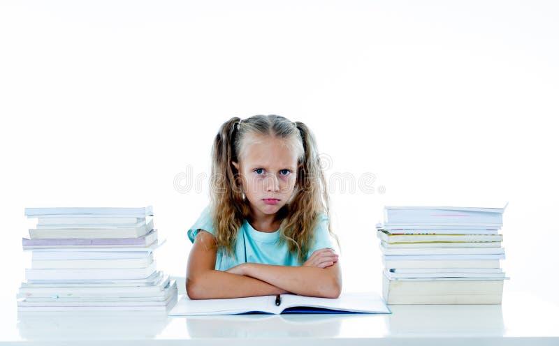 Menina irritada com uma atitude negativa para estudos e escola após ter estudado demasiado e ter tido trabalhos de casa demais de fotografia de stock