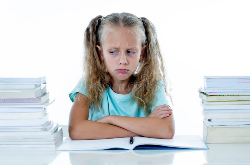 Menina irritada com uma atitude negativa para estudos e escola após ter estudado demasiado e ter tido trabalhos de casa demais de imagem de stock royalty free