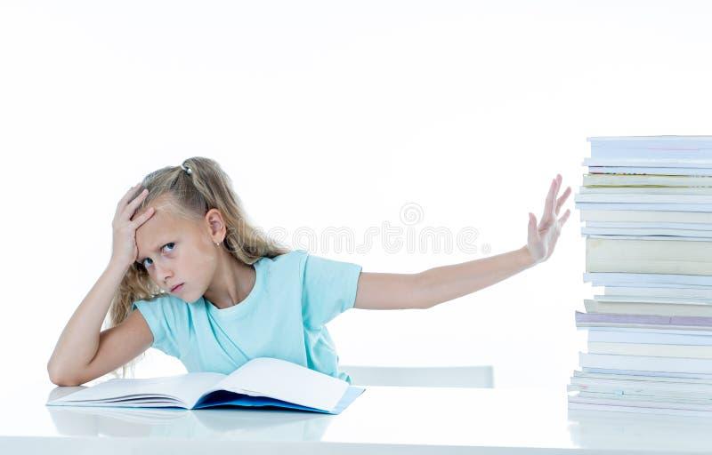 Menina irritada com uma atitude negativa para estudos e escola após ter estudado demasiado e ter tido trabalhos de casa demais de fotos de stock royalty free