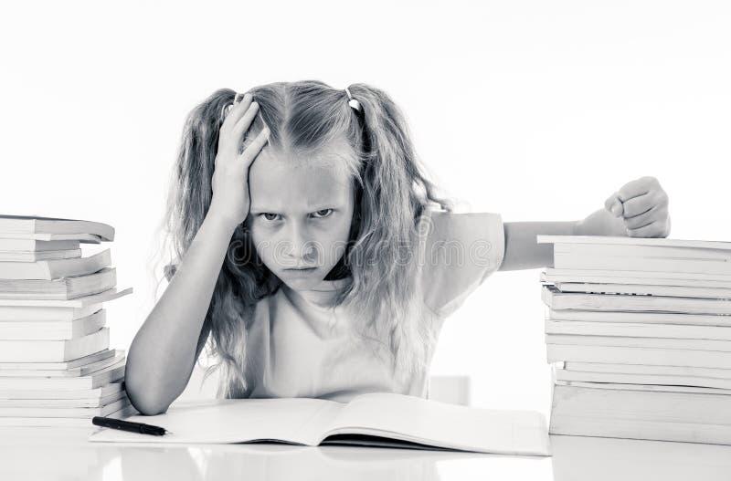Menina irritada com uma atitude negativa para estudos e escola após ter estudado demasiado e ter tido trabalhos de casa demais de fotografia de stock royalty free