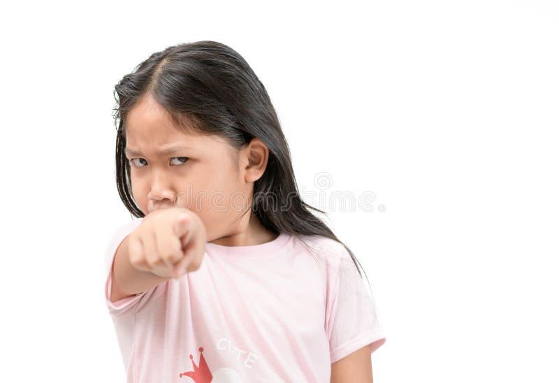 Menina irritada da criança do retrato que aponta o dedo imagem de stock
