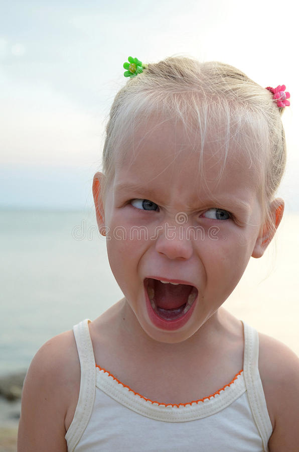 Menina irritada da criança irritada foto de stock