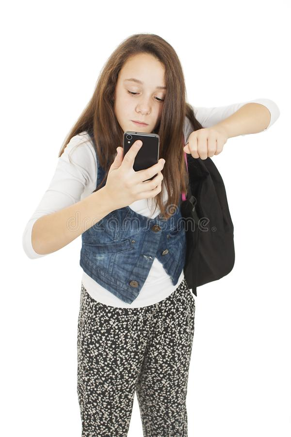 Menina irritada do estudante no telefone com seus punhos foto de stock