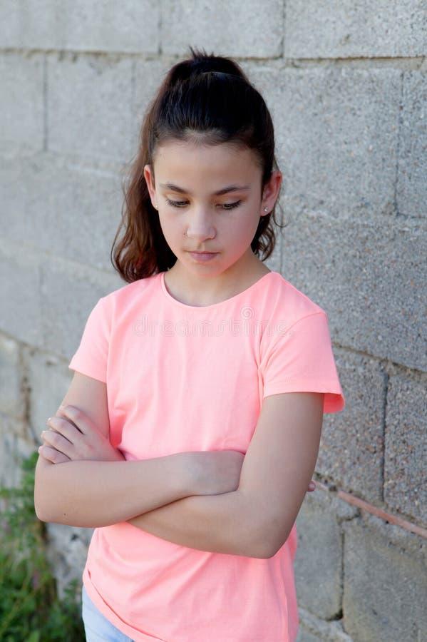 Menina irritada do preteen na rua imagem de stock