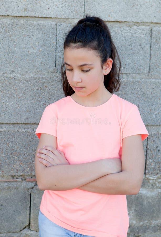 Menina irritada do preteen na rua fotografia de stock