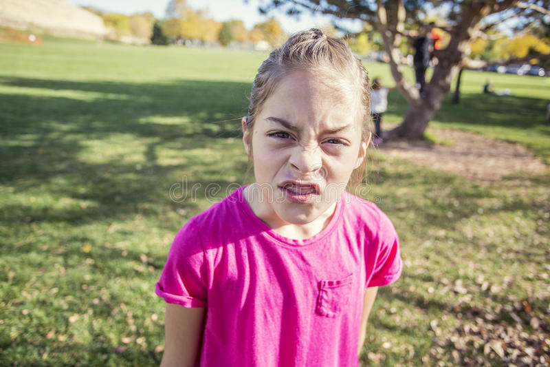 Menina irritada e virada que mostra emoções fortes foto de stock