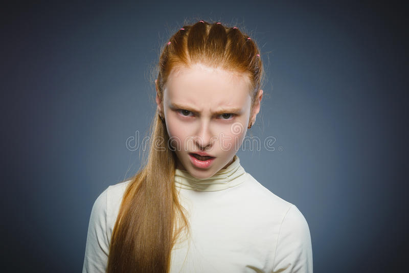 Menina irritada isolada no fundo cinzento foto de stock