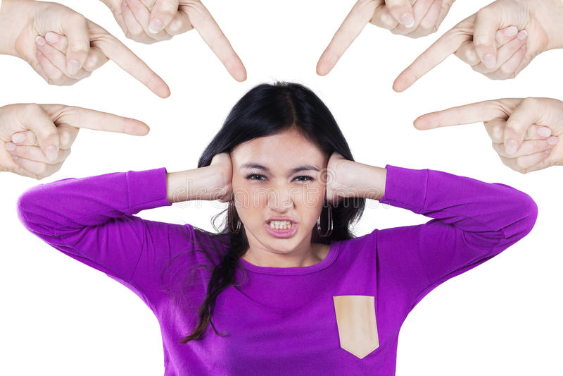 Menina irritada tiranizada por seus amigos fotografia de stock royalty free