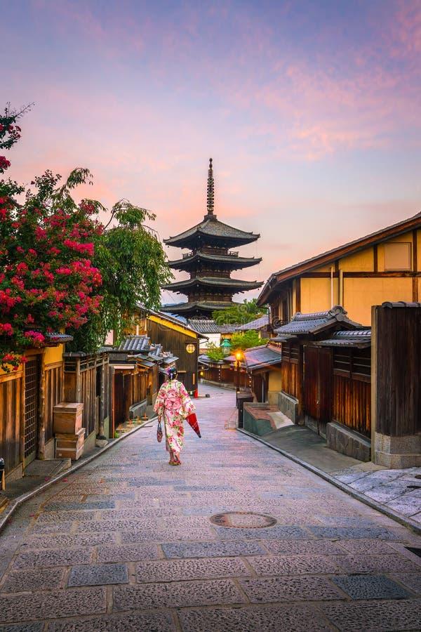 Menina japonesa em Yukata com o guarda-chuva vermelho na cidade velha Kyoto fotografia de stock royalty free