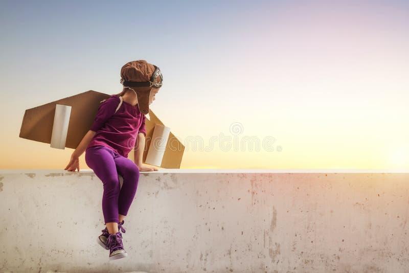 A menina joga o astronauta imagem de stock