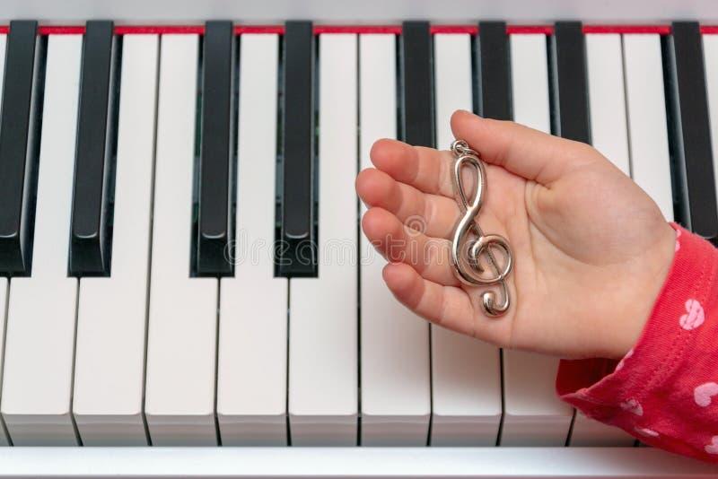 A menina joga o piano Mãos do músico nas chaves do piano ao jogar o instrumento Concerto da música clássica imagem de stock royalty free