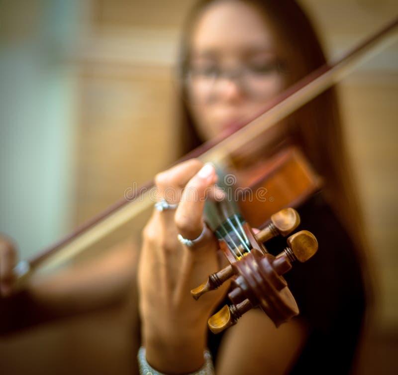 A menina joga o violino foto de stock