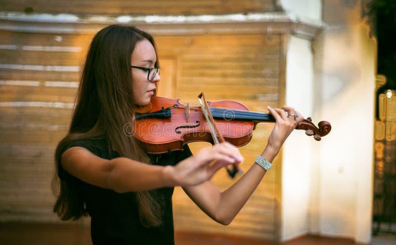 A menina joga o violino fotos de stock