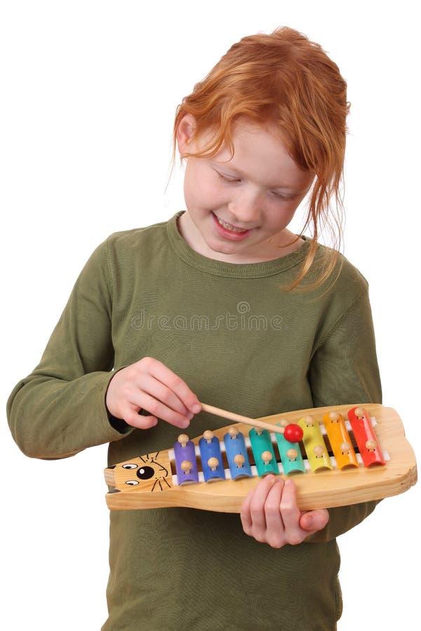 A menina joga o xylophone imagem de stock royalty free