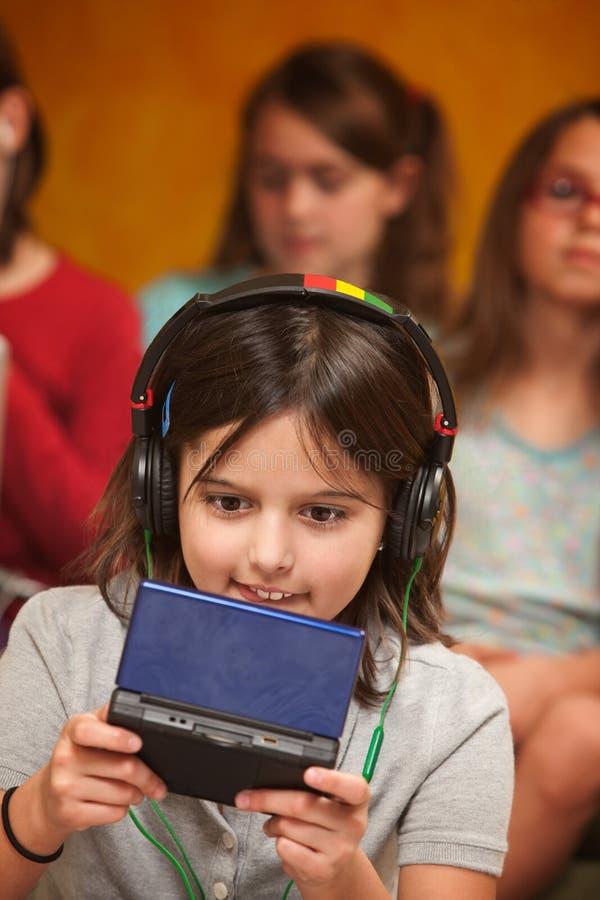 A menina joga um jogo video fotos de stock