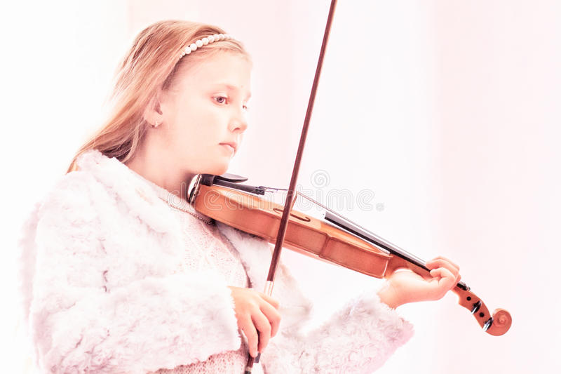 A menina joga um violino fotos de stock