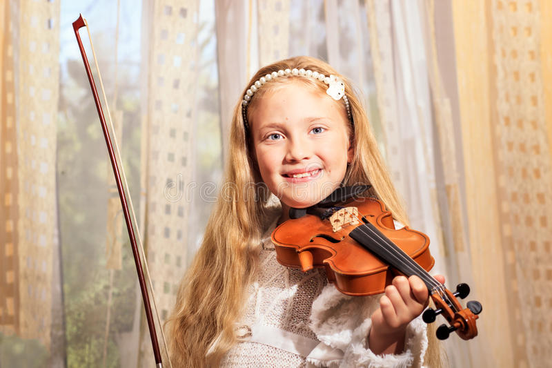 A menina joga um violino fotos de stock royalty free