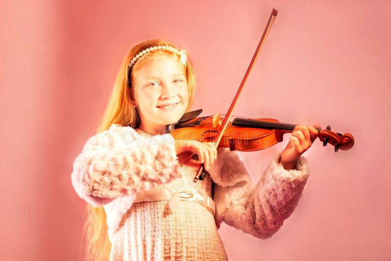 A menina joga um violino imagem de stock royalty free