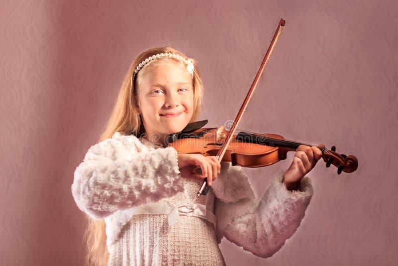 A menina joga um violino foto de stock royalty free
