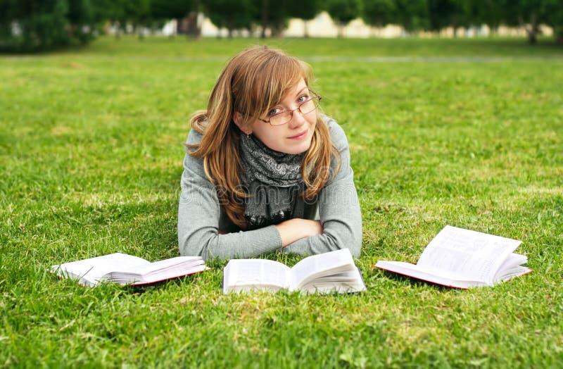 A menina lê o livro imagens de stock