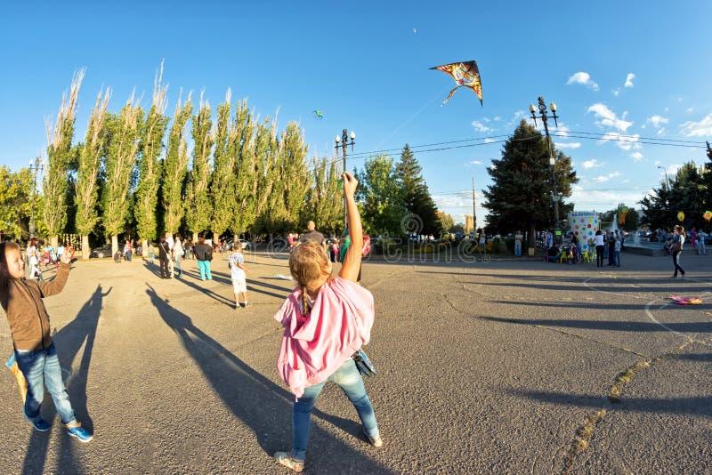 A menina lança um papagaio fotos de stock