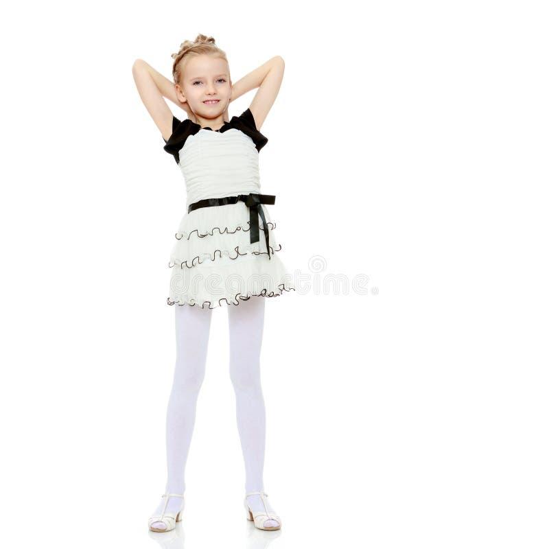 A menina lançada sobre as mãos principais fotografia de stock
