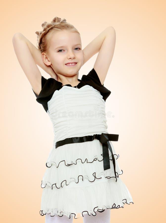 A menina lançada sobre as mãos principais foto de stock