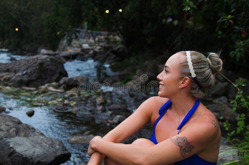 Menina latin nova atrativa em um biquini pelo rio fotografia de stock