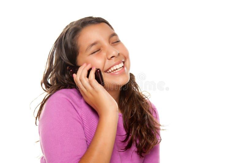 Menina latino-americano bonita feliz no telefone de pilha fotos de stock
