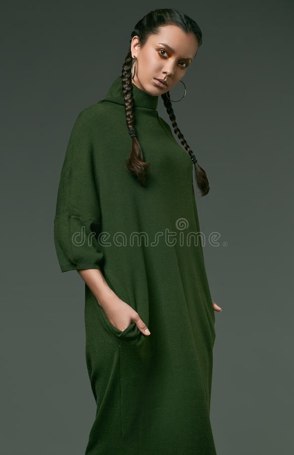 Menina latino-americano encantador bonita no vestido do verde longo foto de stock
