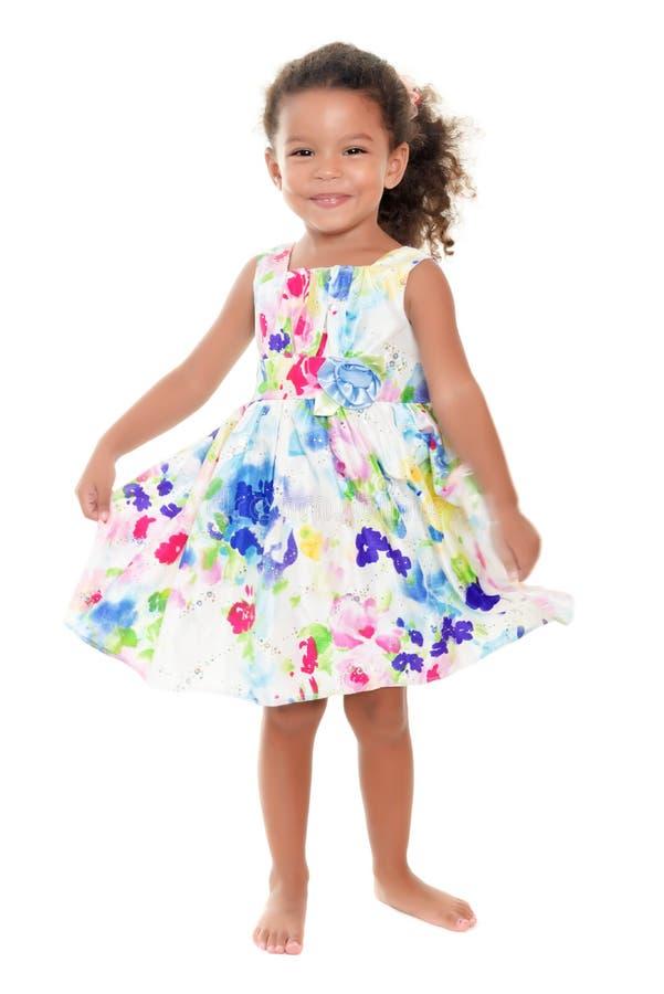 Menina latino-americano pequena que veste um vestido do verão das flores imagem de stock royalty free