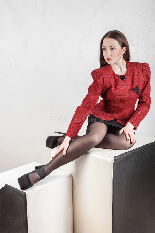 Menina Leggy que levanta no estúdio fotografia de stock royalty free