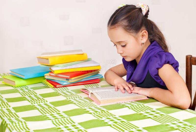 A menina leu livros fotos de stock