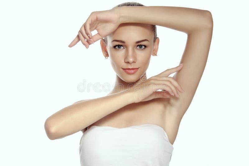A menina levantou suas mãos acima e as mostras prepararam as axila imagens de stock royalty free