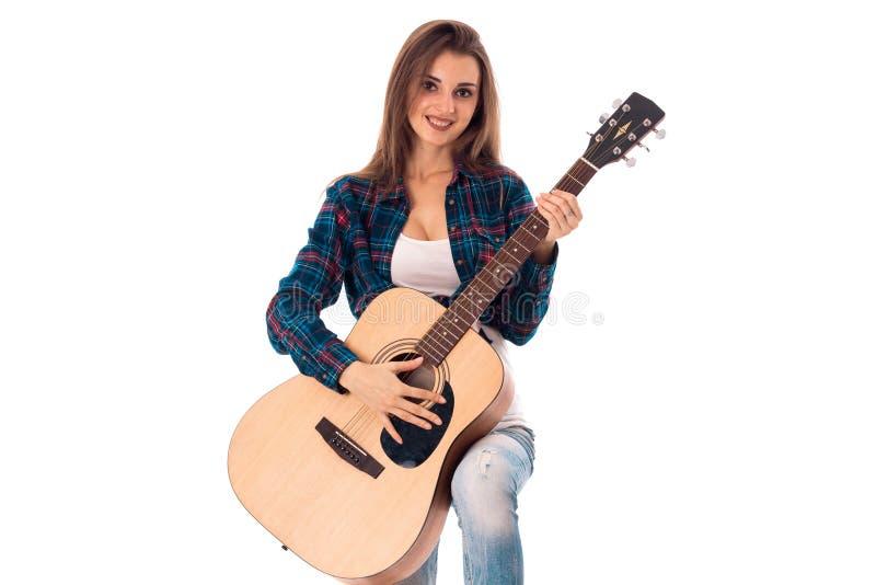 Menina lindo com a guitarra nas mãos foto de stock