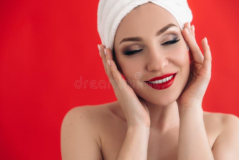 Menina lindo de sorriso com os dentes brancos de uma composição bonita e os bordos vermelhos Retrato do close-up de uma menina bo fotos de stock royalty free