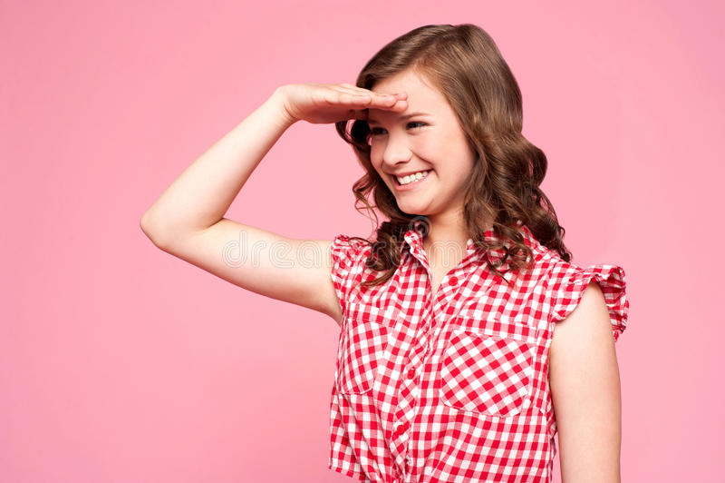 Menina lindo feliz que olha faraway fotos de stock royalty free