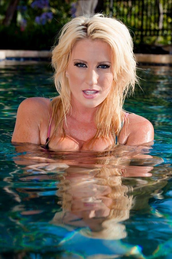 Menina lindo na água imagens de stock