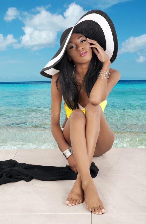 Menina lindo na praia imagens de stock