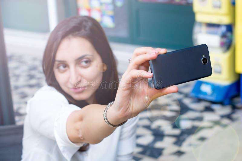 Menina lindo que toma um selfie imagem de stock
