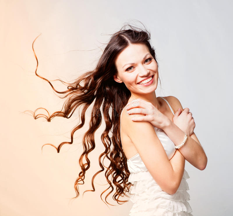 Menina longa triguenha do cabelo imagens de stock royalty free