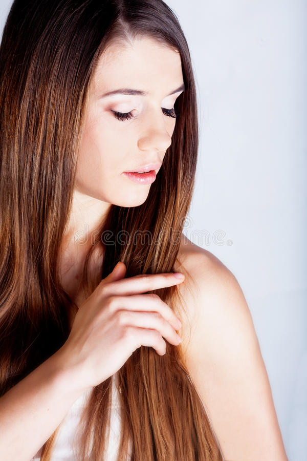 Menina longa triguenha do cabelo foto de stock