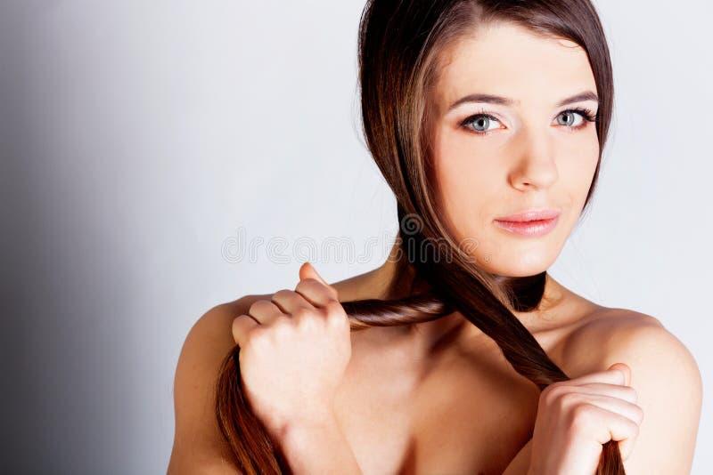 Menina longa triguenha do cabelo fotos de stock