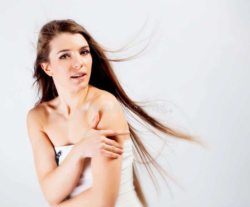 Menina longa triguenha do cabelo foto de stock royalty free